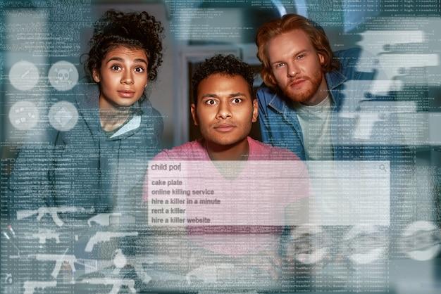 다크넷에서 비밀정보를 검색하는 세 사람이 화면을 본다
