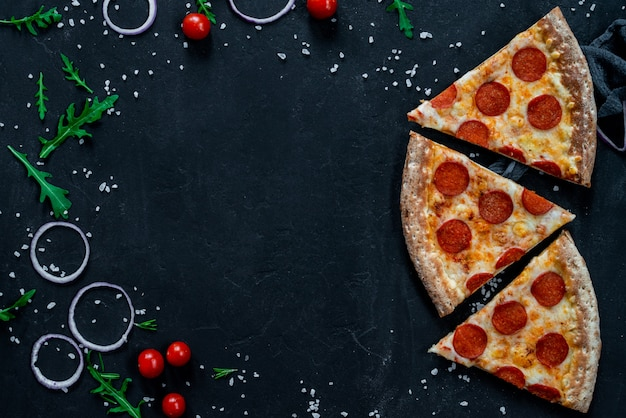 Три куска пиццы пепперони с моцареллой на черной поверхности