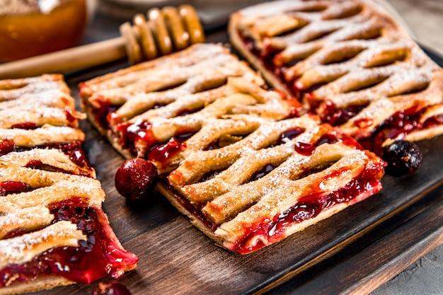 딸기와 설탕 가루가 들어간 달콤한 파이 3 개