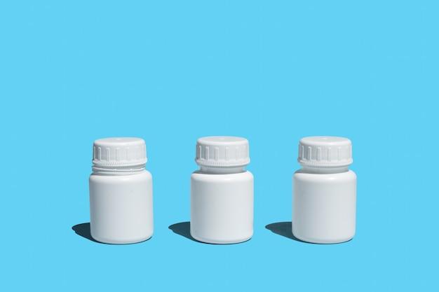 파란색 배경에 3개의 플라스틱 의료 병