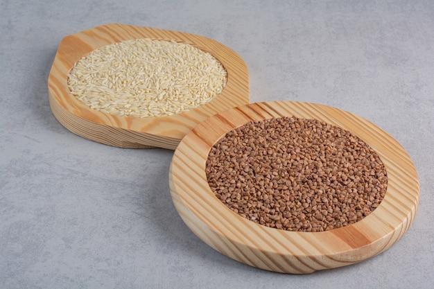 대리석 위에 쌀과 메밀을 채운 3 개의 플래터.