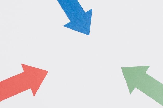 Tre frecce appuntite e copia spazio