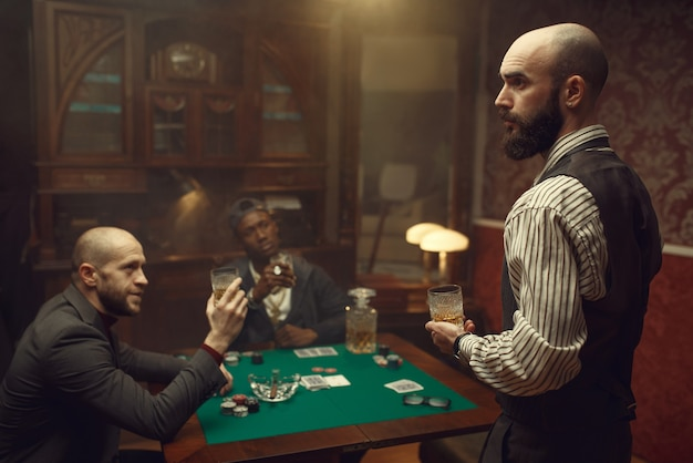 카지노 테이블에 앉아 세 포커 플레이어