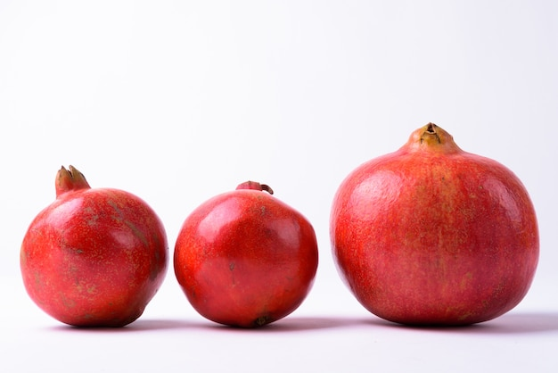 절연 행에 3 개의 석류