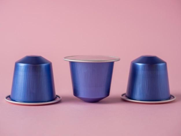 アロマコーヒーと3つの紫色のカプセル