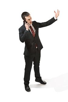 Три четверти портрет бизнесмена с серьезным лицом.