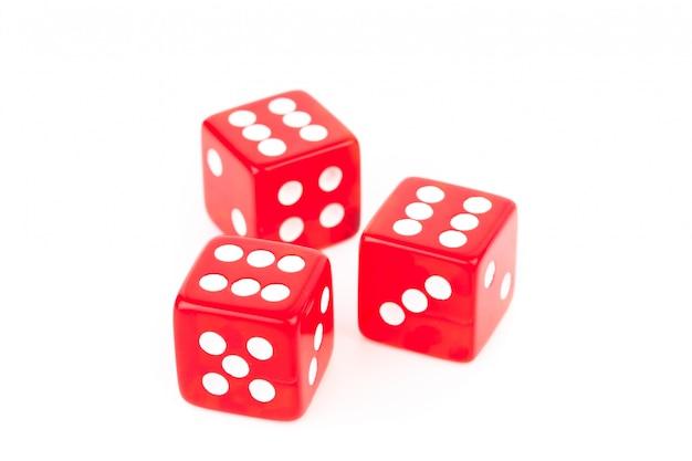 Три красных кубика