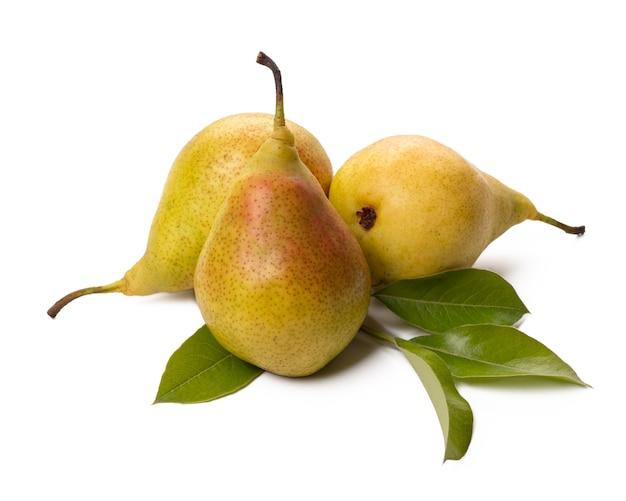 白地に緑の葉を持つ3つの熟した梨