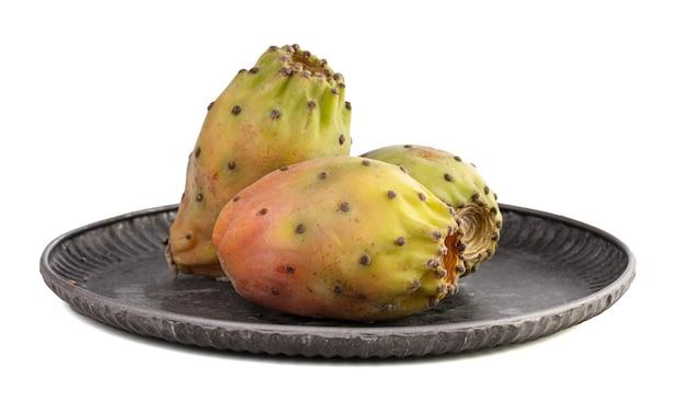 白い背景の上の3つの熟したウチワサボテン梨
