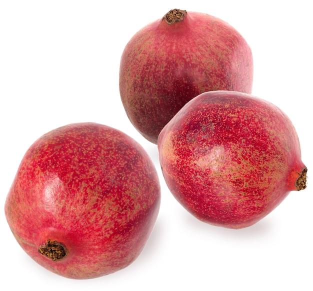 3つの熟した赤い花崗岩。白い背景に赤熟したザクロの果実を設定します。ベジタリアンコンセプト。