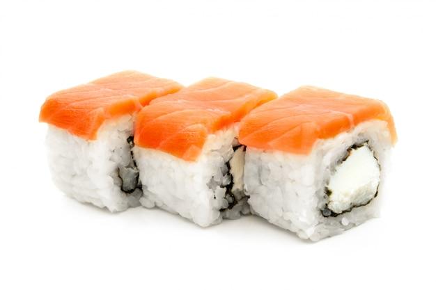 Маки суши с тремя роллами, изолированные на белом