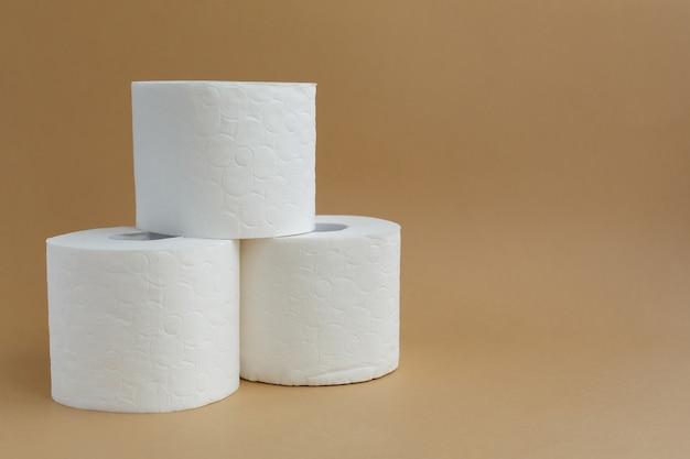白いトイレットペーパーの3つのロール