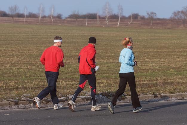 競技のトレーニング中の3人のランナー