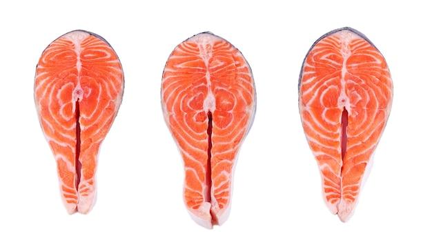 Три стейка из лосося, ломтик свежей рыбы, форель на белом изолированном фоне