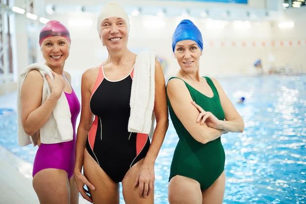 スイミングプールで3つの年配の女性