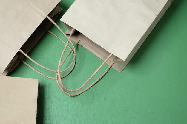 灰色の3つのショッピング紙袋。