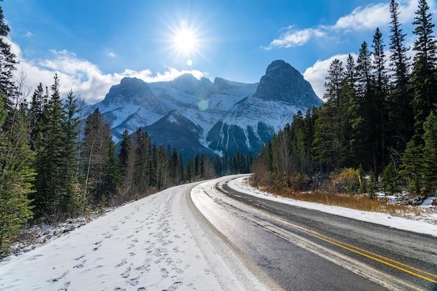 初冬の晴れた日の朝のスリーシスターズパークウェイ(ハイウェイ742)。澄んだ青い空、雪をかぶったローレンスグラスイー山