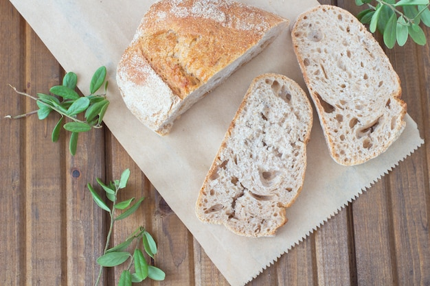 テーブルの上のパンと緑の葉の3つのスライス