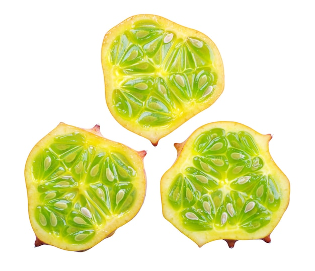 흰색 배경에 고립 된 과일 kiwano의 세 조각