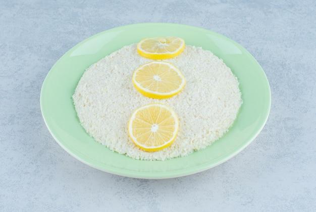 大理石のご飯の上にレモンのスライスが3つ並んでいます。