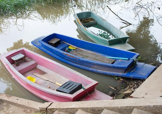 川の上にある3つの小さなプラスチックボート