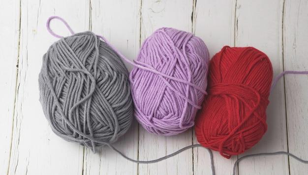 木の板に3本の柔らかい綿糸を敷く