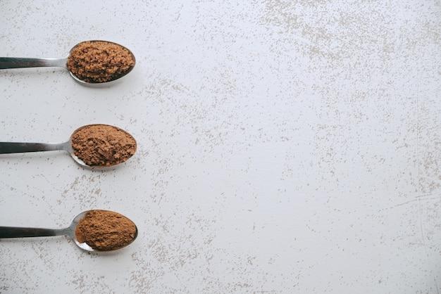 전형적인 콜롬비아 음료를 준비하기 위해 초콜릿, 파넬 라 및 계피와 함께 왼쪽에 세 숟가락