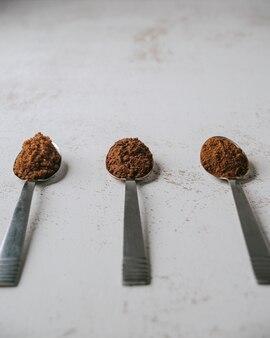 콜롬비아 초콜릿을 준비하기위한 재료가 들어있는 스푼 3 개.