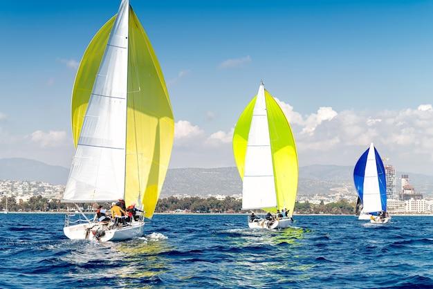 レガッタ中の3つのスポーツ帆船
