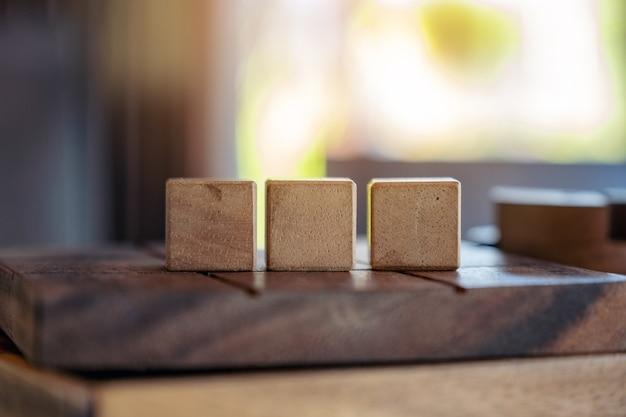 ぼかしの背景を持つ3つの正方形の木製キューブ