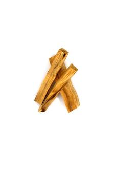 흰색 배경에 있는 팔로 산토 나무 막대기 3개 명상 아로마테라피를 위한 향