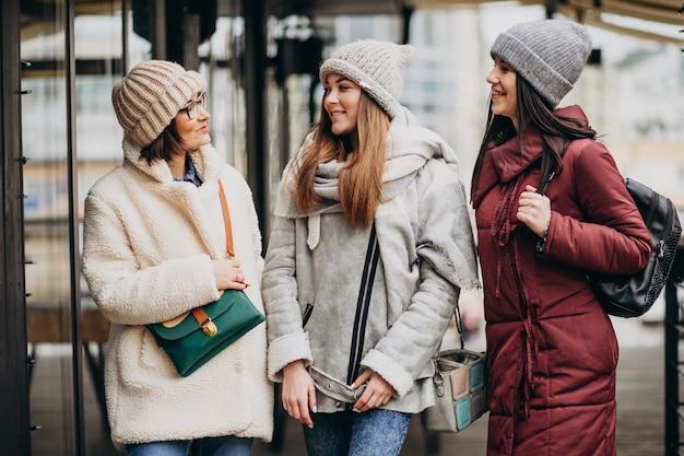 거리에서 겨울 복장에 세 학생