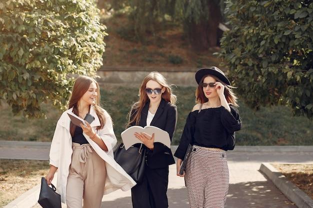 大学のキャンパスに立っている3人の学生