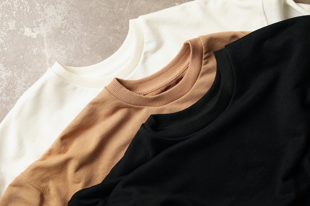 3 개의 세련된 폴딩 스웨트 셔츠