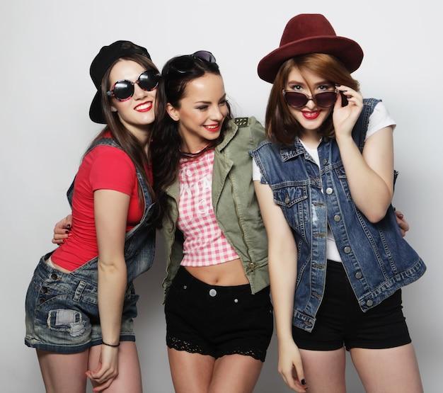 Лучшие друзья трех стильных девушек-хипстеров. стоим вместе и веселимся.
