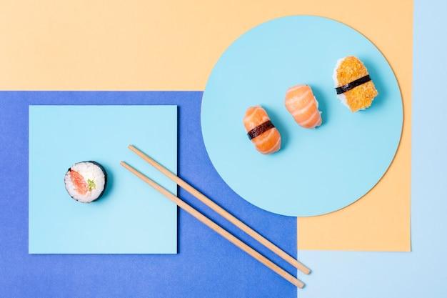 プレート上の3つのロール寿司