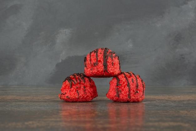 大理石の背景に3つの甘いキャンディー