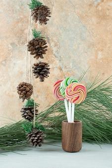 Tre dolci lecca-lecca colorati su sfondo marmo. foto di alta qualità
