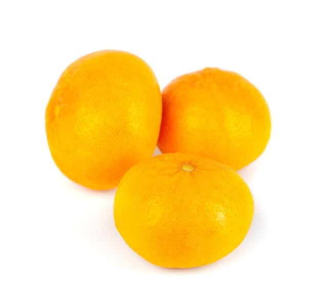 白い生の果物に3つのみかん(マンダリン)