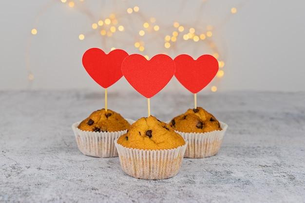 Три вкусные кексы с большими красными сердцами
