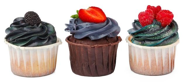 흰색으로 분리된 크림 토핑이 있는 맛있는 컵케이크 3개