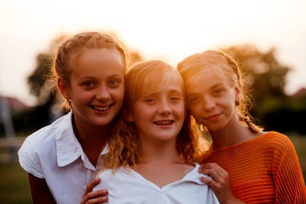 3人の10代の少女が公園で楽しんでいる、友達の肖像画