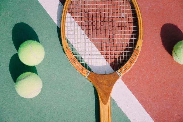 Tre palle da tennis e racchetta