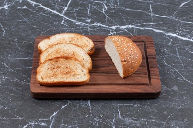 3 개의 토스트를 배열하고 보드에 롤빵.