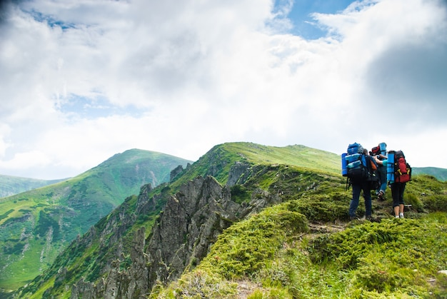 カルパティア山脈の小道にいる3人の旅行者