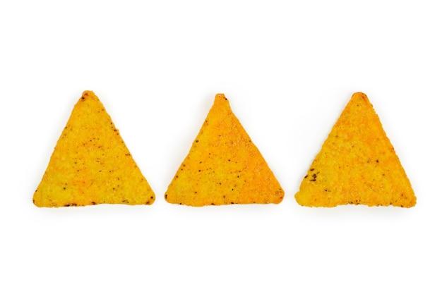 白い背景の上の3つの三角形のトルティーヤが並んでいます。フラットレイ。
