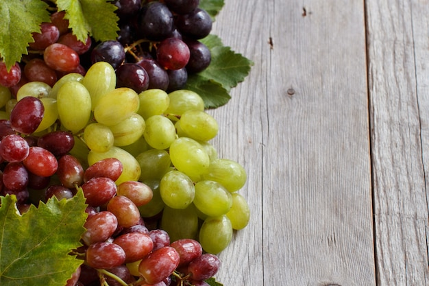 木製のテーブルに3種類のブドウ
