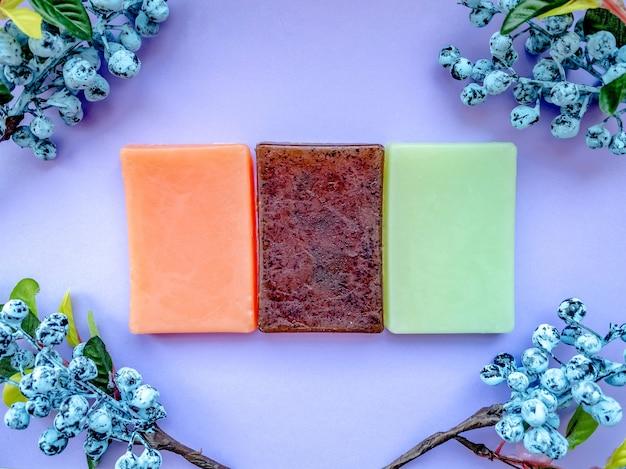 베리와 함께 보라색 장식의 세 가지 유형의 천연 수제 비누.