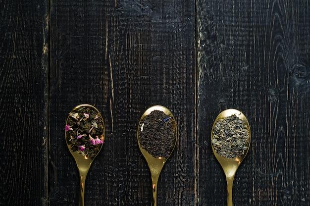スプーンでお茶の3種類 - グリーン、ブラック、ルイボス