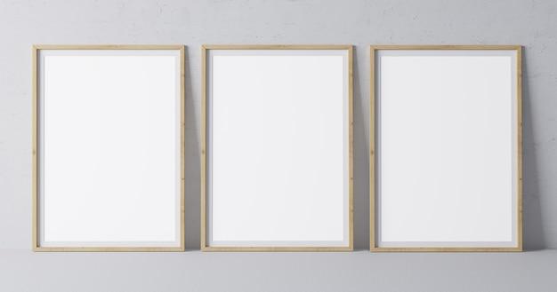 最小限の灰色の壁にモダンなデザインの3つの垂直木製フレーム